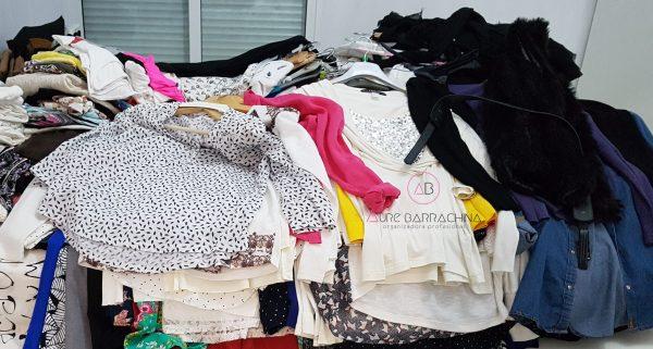 mucha ropa amontonada