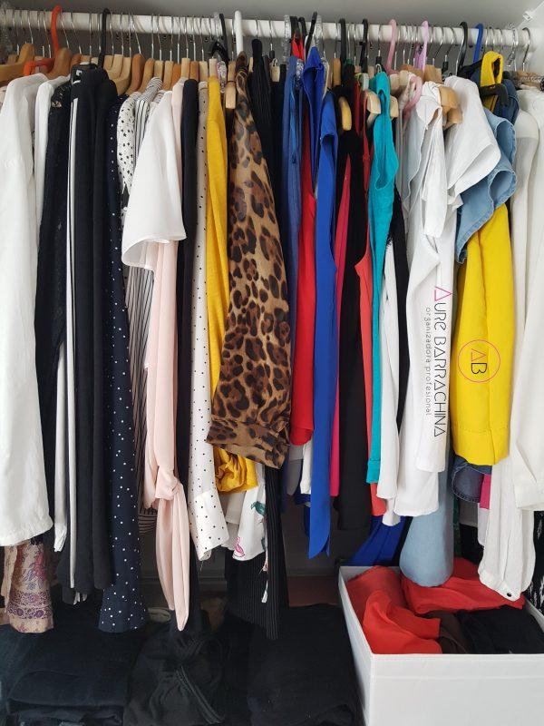 ropa colgada desordenada