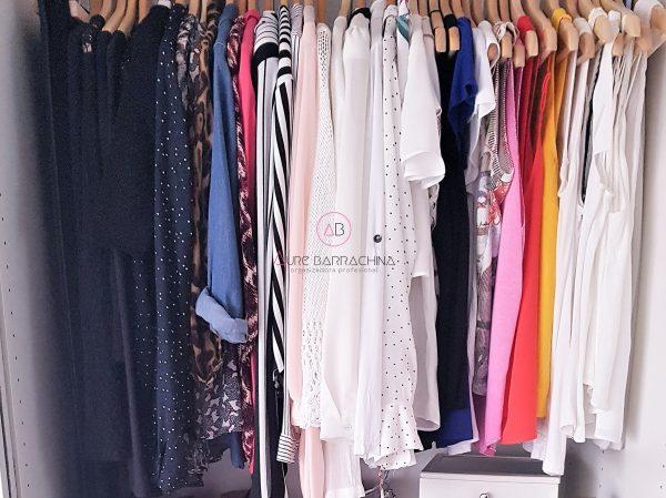 ropa colgada ordenada por colores